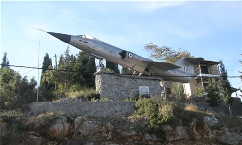 Πολεμικό Αεροσκάφος F-104 Το πολεμικό αεροσκάφος, τοποθετημένο πάνω σε ειδικά κατασκευασμένη βάση, παραχωρήθηκε από την Ελληνική Πολεμική Αεροπορία, προκειμένου να τιμηθούν οι υπέρ πατρίδος πεσόντες (οι πρώτοι) αεροπόροι Γρηγόριος Πετράκης (10-5-1921), Ευάγγελος Γιάνναρης (30-10-1940) και Νικόλαος Σκρουμπέλος (23-2-1941).